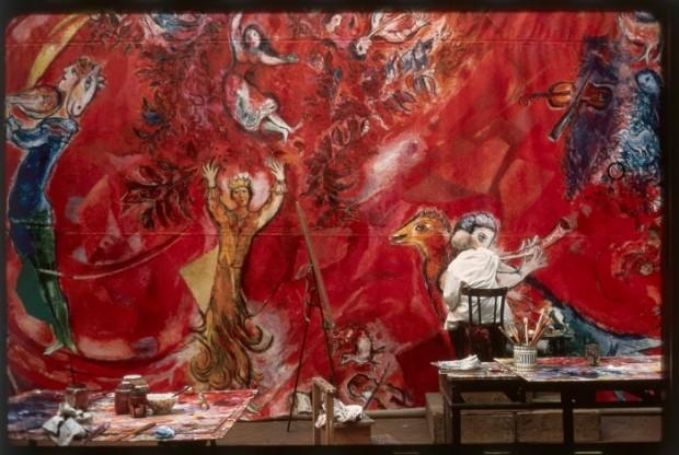 Marc Chagall aan het werk in zijn atelier in Parijs.